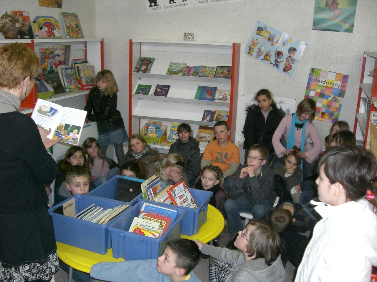 2009.03 le 10 Mme Laudoux fait la lecture à la bib (1)