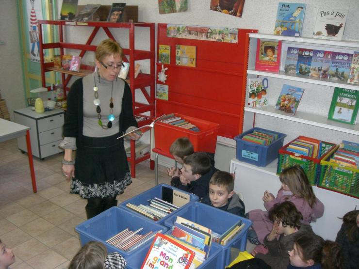 2009.03 le 10 Mme Laudoux fait la lecture à la bib (2)