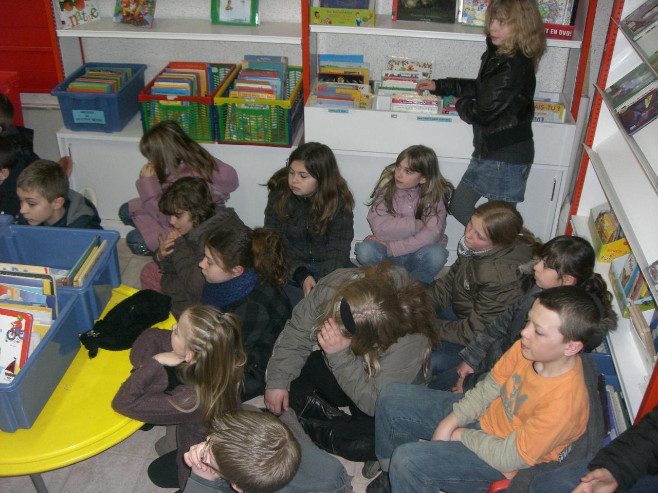 2009.03 le 10 Mme Laudoux fait la lecture à la bib (3)