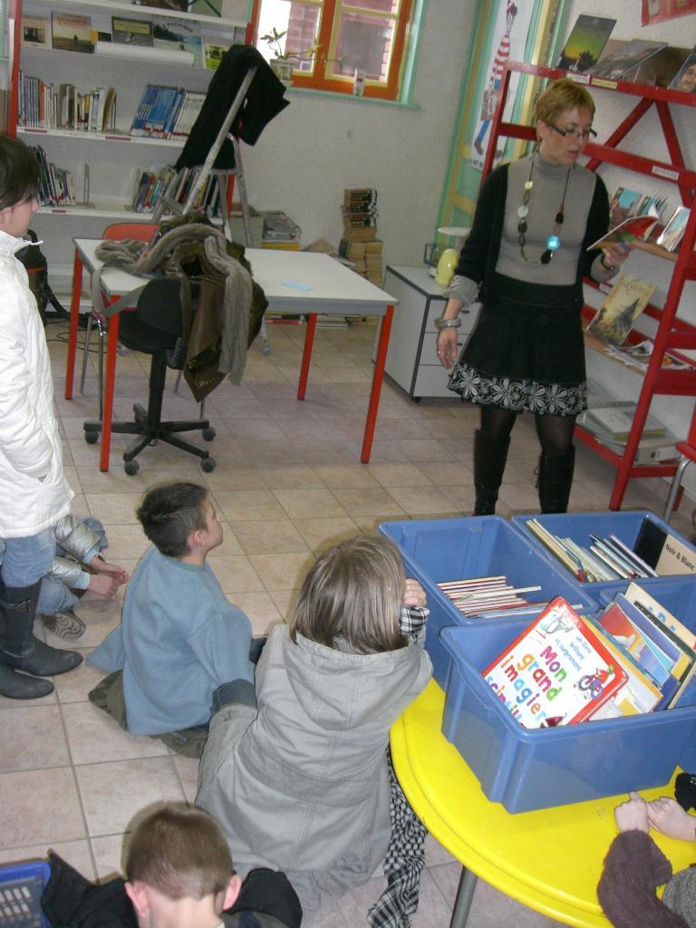 2009.03 le 10 Mme Laudoux fait la lecture à la bib (4)