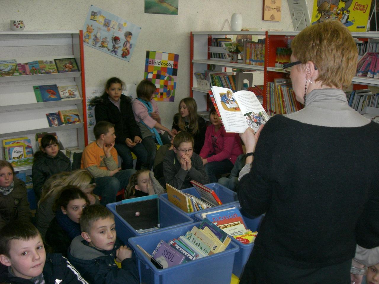 2009.03 le 10 Mme Laudoux fait la lecture à la bib (5)
