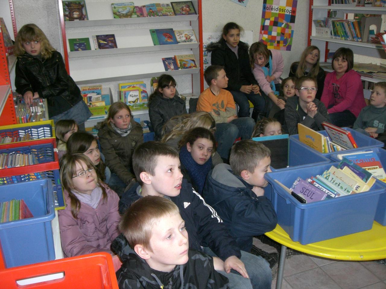2009.03 le 10 Mme Laudoux fait la lecture à la bib (6)