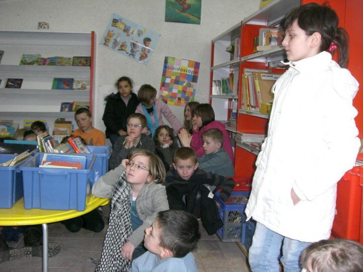 2009.03 le 10 Mme Laudoux fait la lecture à la bib (8)