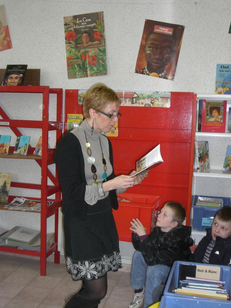 2009.03 le 10 Mme Laudoux fait la lecture à la bib