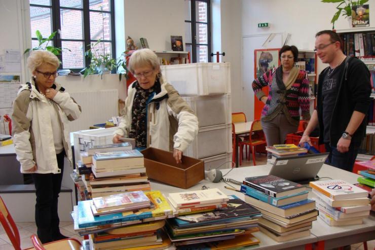 Nicole dépose les ouvrages sélectionnés pour l'enregistrement