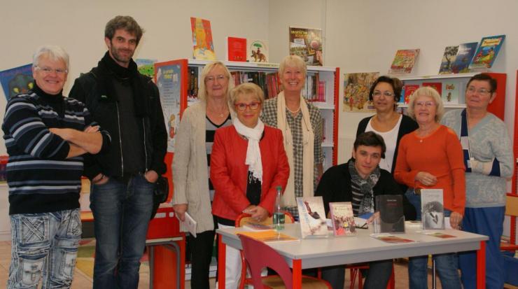 L'équipe bénévole de la Bibliothèque autour des auteurs